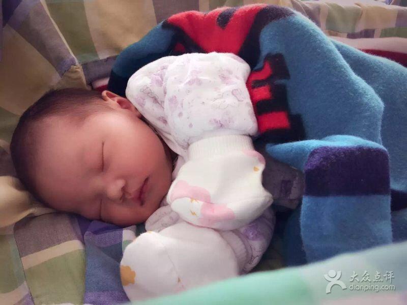 我是剖腹产,在医院王阿姨24小时陪着我,帮我按摩,我老公也很放心回家